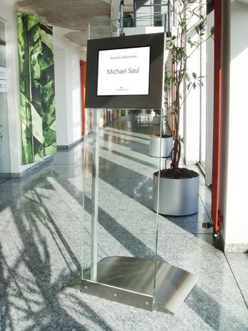 Infoterminal Glas und Edelstahl mit Touchdisplay
