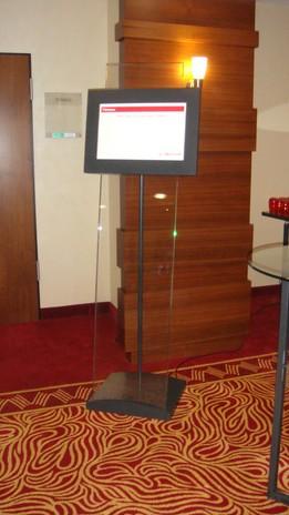 Infoterminal aus Glas und Edelstahl im Marriott Köln