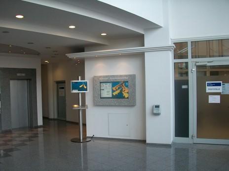 Infoterminal als Säule in Edelstahl Besucherinfo