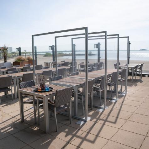 Infektionsschutzwände mit PVC-Bespannung Beispiel Terrasse Gastronomie